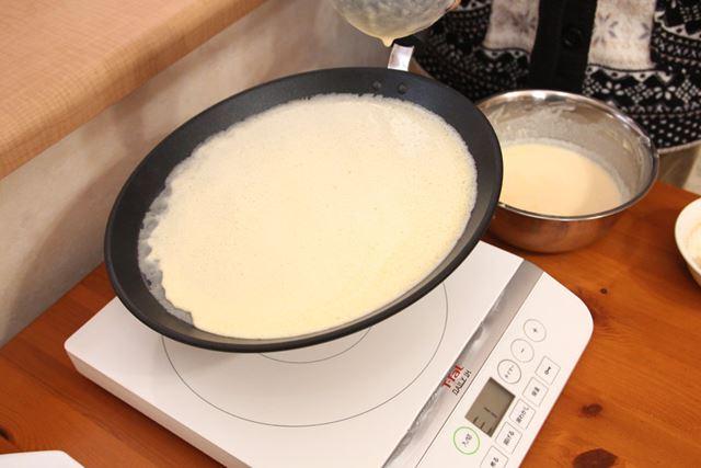 ボンジュール・フランス フレンチパンを持ち上げて少し冷ましたあと、お玉1杯分を真ん中に流し入れてぐるっと回します