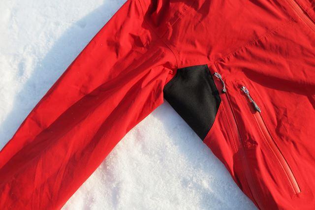 ジャケットのサイドに斜めにとられたベンチレーターは、32�pというかなりの長さ