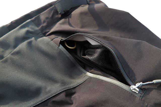 ポケットの内側はメッシュ。内側には細いループもあり、カギなどの貴重品を取り付けるのにも使える