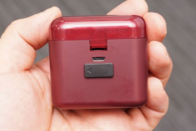 背面部分の黒いカバーの後ろに出力用のUSBポートが配置されており、こちらからスマホなどを充電できる