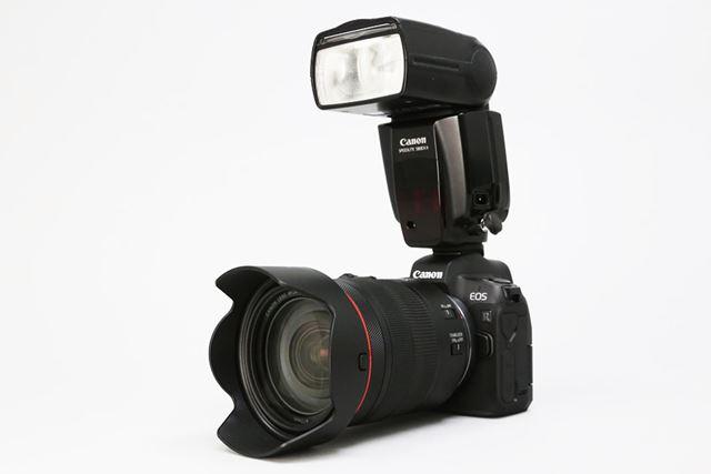 キヤノン「EOS R」に「RF24-105mm F4L IS USM」レンズ、「スピードライト580EX II」ストロボを装着した例