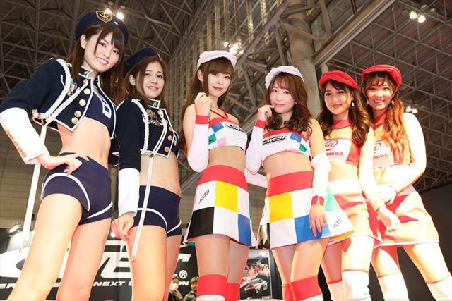 東京オートサロン2019「C-WEST」ブースのコンパニオンの集合写真。広角時も少ないゆがみで撮影できています
