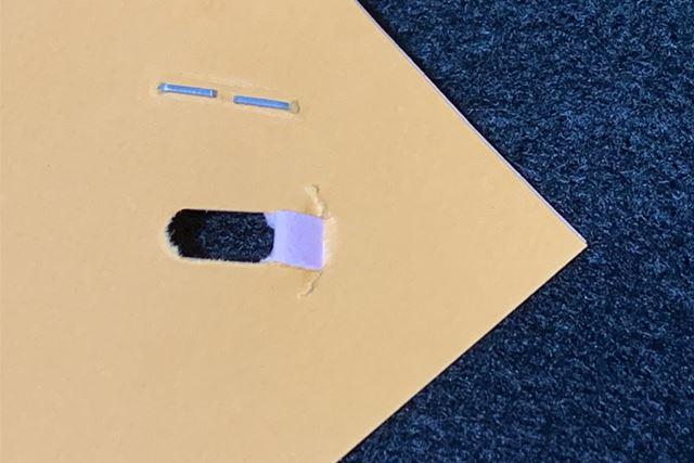 穴は「ペーパークリンチ」と同じくU字型