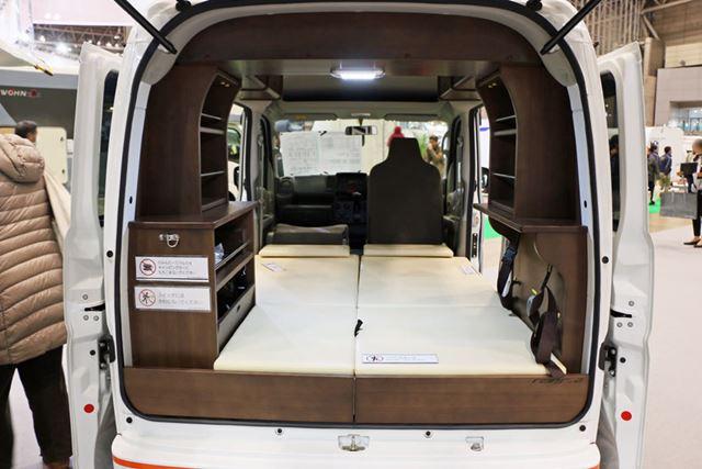 大人2人が横になれるフラットな寝台を装備。シンクやコンロなどは備えられていない