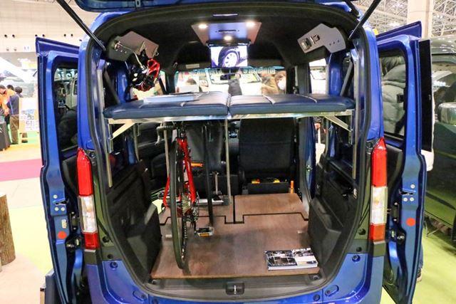 収納スペースはかなり広く、ロードバイクならタイヤを外して2台は積めそう