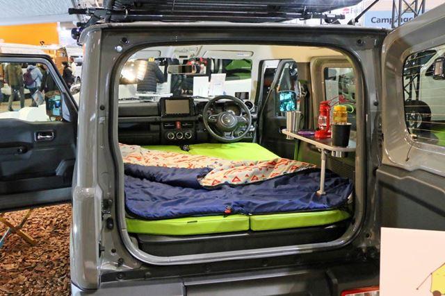 ベッドキットを装着した車内はこんな感じ。広くはないが快適そう