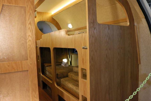内装はウッディで暖かみのある雰囲気。4人が就寝できる