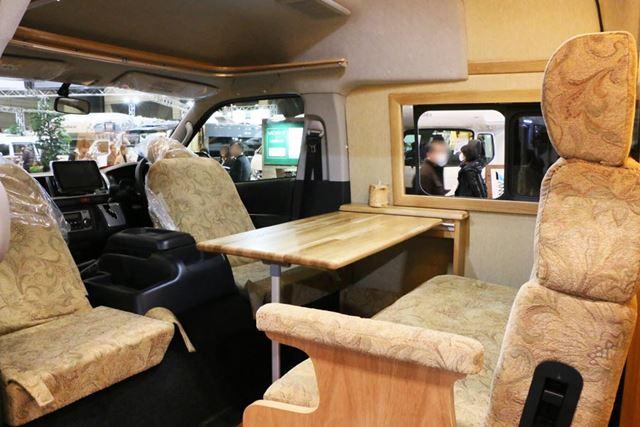 運転席を反転させ、リビングスペースの椅子として利用可能