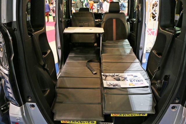 運転席を回転させ、助手席をめいっぱい前方に出すことで就寝スペースを確保