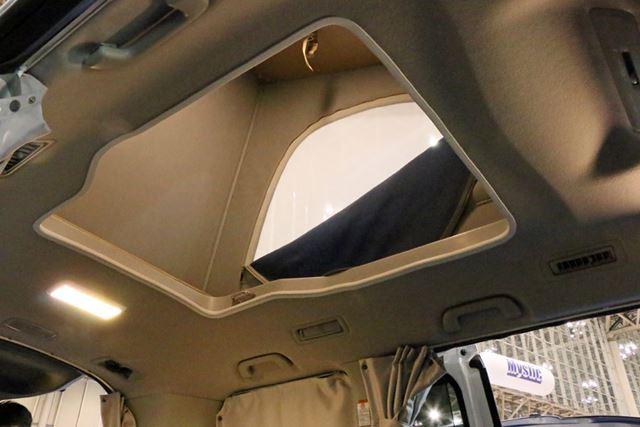 ポップアップルーフで屋根裏のような就寝スペースを作ることで、ミニバンでも4人就寝が可能に