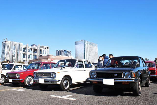 トヨタ「カローラ1100DX」(中央)と、「カローラレビン(TE27)」(右)