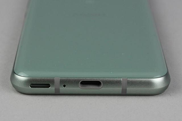 ボディ下面には、USB Type-Cポートが備わる