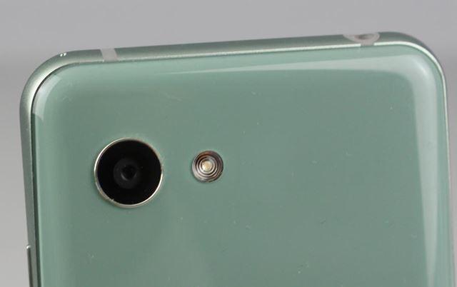 メインカメラは、画素数約2,260万で、レンズの明るさはF1.9、光学式手ぶれ補正も付いている