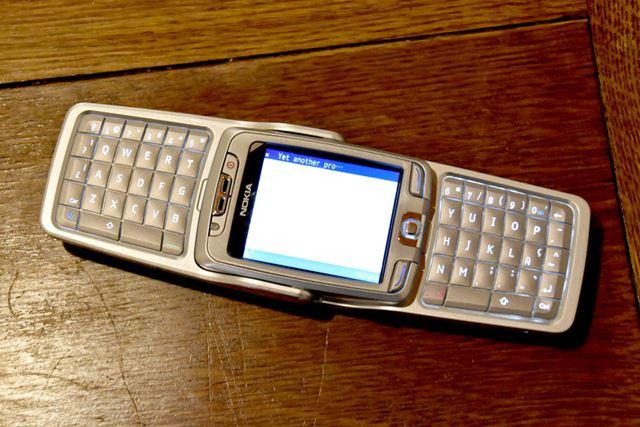 「Nokia E70」(ノキア)。本体を開くと、QWERTYキーボードがあらわれる携帯電話