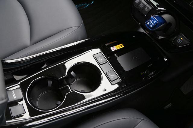 ブラック基調となった、トヨタ 新型「プリウス」のセンターコンソール