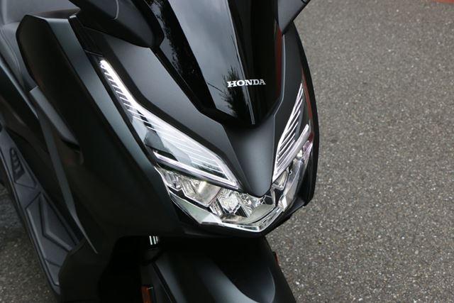LED化されたライトも、スタイリングに合わせシャープなデザインとなっている