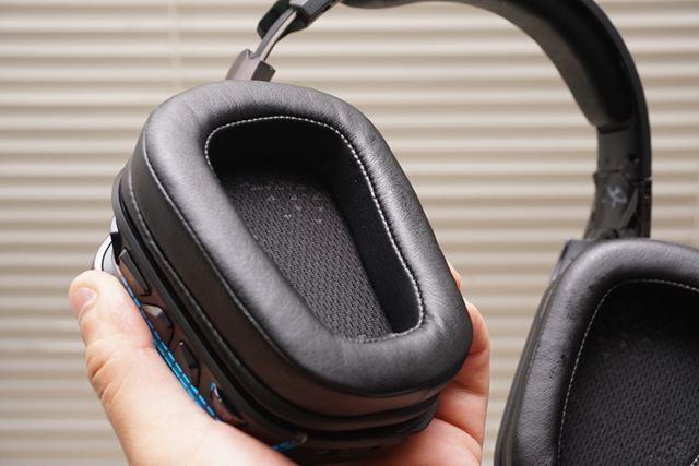 「G933s」のイヤーパッド部。合皮素材となり、低音の抜けが少なくなったという