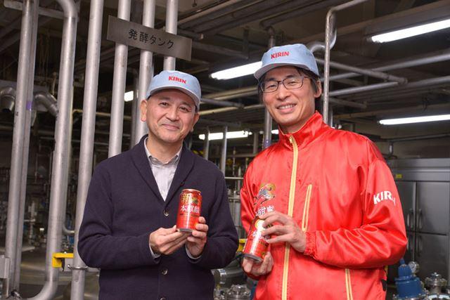 左が田山智広さんで、右が中村壮作さん。工場内にある、試験醸造を行うパイロットプラントにて