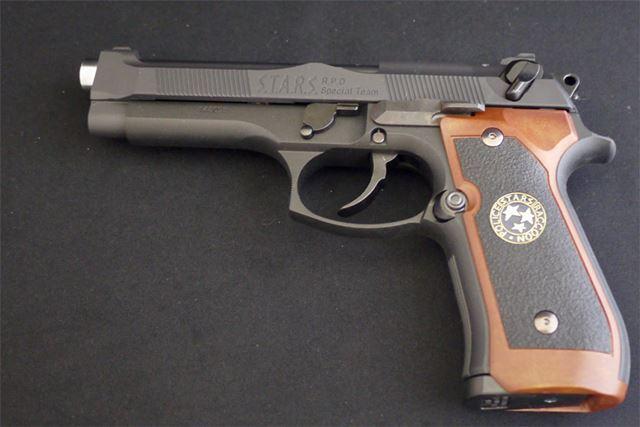 M92Fをベースに木製のグリップやステンレスシルバーのバレルなど独特のカスタマイズがされています