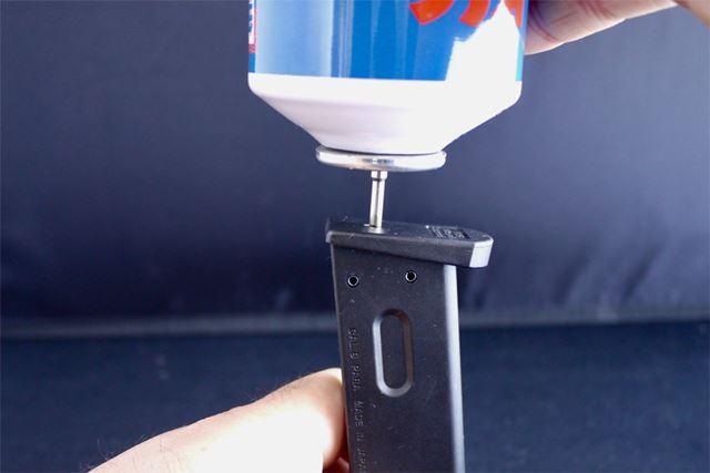 マガジン下部にガス缶から空気を注入します