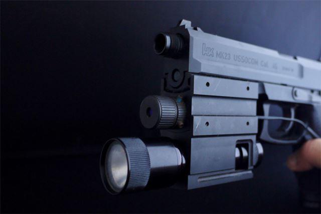 銃口の下にレーザーサイト、その下がライトになっています