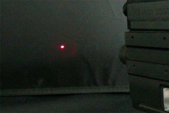 レーザー発射。赤いポインタが光ります。これは映画のような雰囲気を出せるので最高です