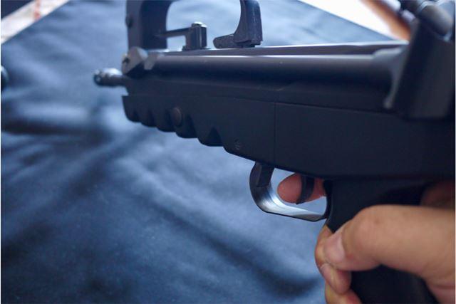グリップは片手で問題なし。実際に撃つときは先頭下部を左手で支える感じになります