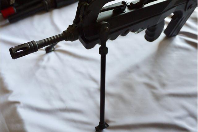 スタンドがついており、展開すると固定の射撃姿勢を取れます。これまた男心をくすぐります