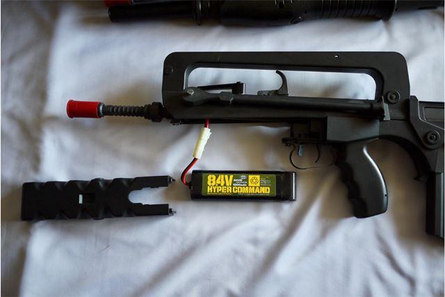 本体先頭下部にバッテリーを内蔵。これを専用の充電器で充電して使います