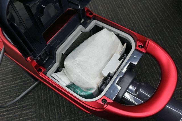 EC-VP510は紙パック式なのでサイクロン式のように吸い込んだゴミが見えないのもいいところ。集じん容積は1L