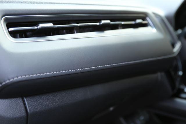 ホンダ「ヴェゼル」TOURING・Honda SENSINGのインテリア。インパネの細かな箇所にも質感の高さが見てとれる