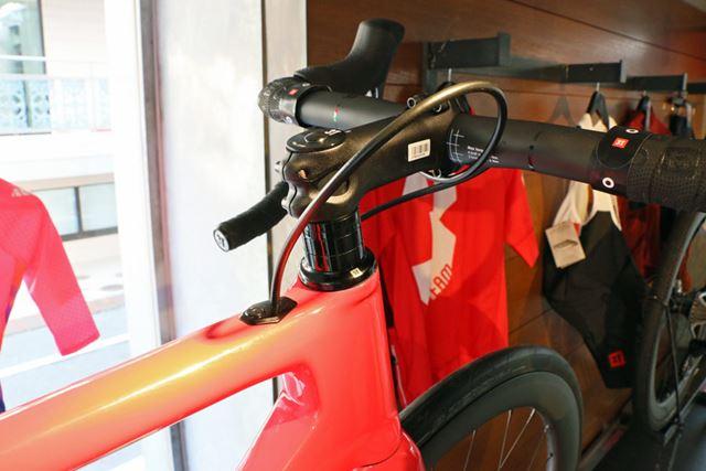 ハンドルやステムも3T製のカーボンを用いて軽量化を実現