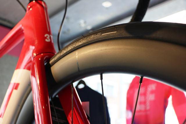 ホイールはリムハイトの高いエアロ形状。ロードバイクにしては太めな700×30Cのタイヤを履いている