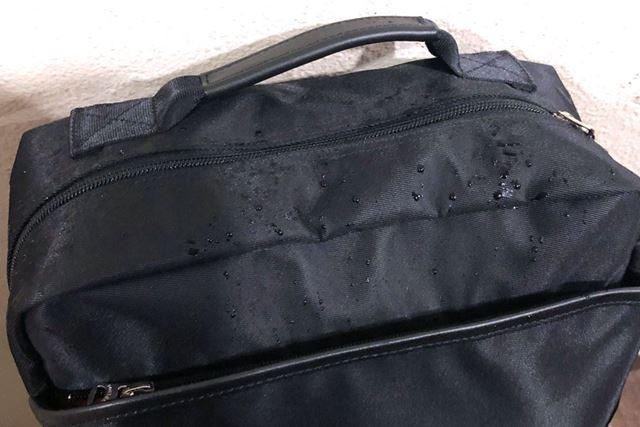 実際に「PORTER RUCKSACK × Power Leaf」を雨の日に使用して、水滴がついた様子。しっかりと撥水していた
