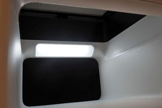 実は、この穴が吸気口。中には、大きめのライトとフィルターを装備