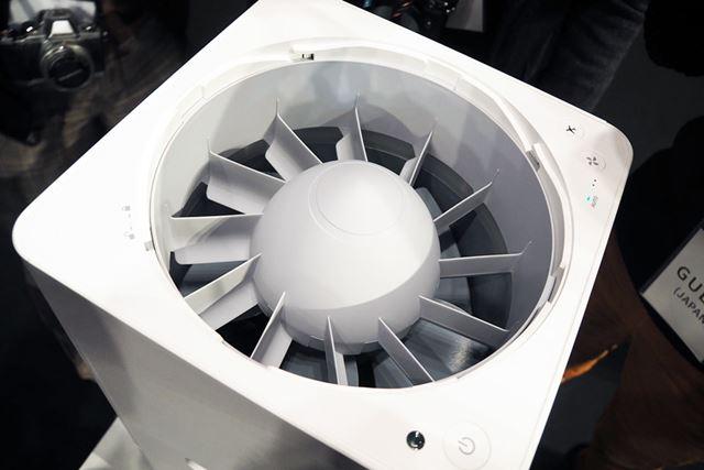 本体上部のカバーを外すと、整流翼が現れます。整流翼は風を整えるためのもので、回転はしません