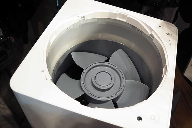 整流翼の下には回転ファンを装備。整流翼と回転ファンは取り外すことができるので、掃除しやすそう