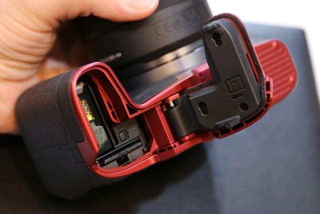 EG-E1はボディに装着した状態でバッテリーカバーが開閉できるようになっている