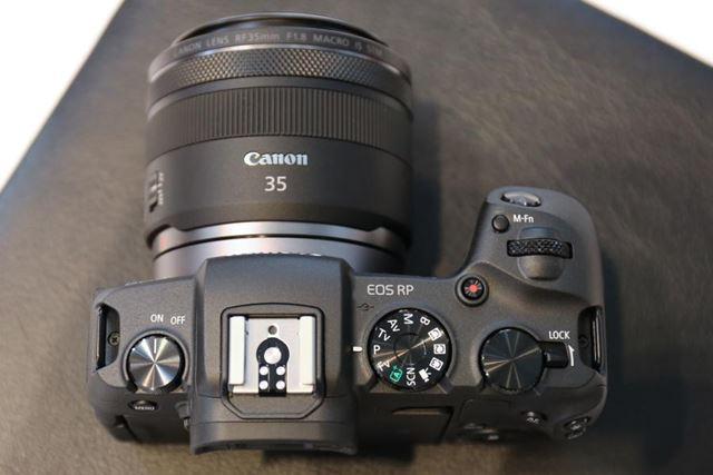 EOS Rとは異なり、ボディ上面に撮影モードダイヤルを搭載