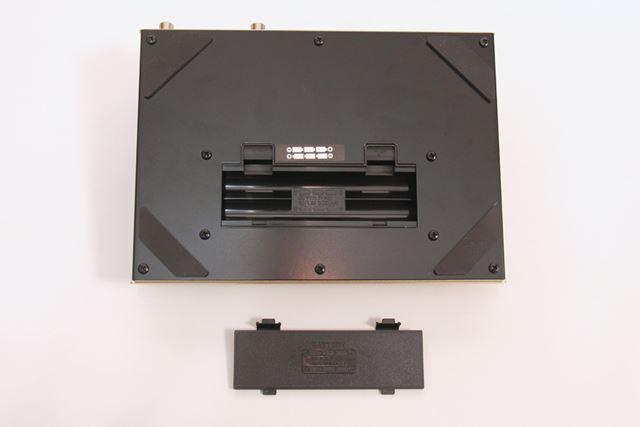 電池駆動も可能。アルカリ単3乾電池6本で約2.5〜4.5時間駆動します