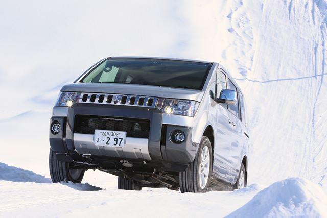 マイナーチェンジ前の三菱「デリカD:5」雪上走行イメージ
