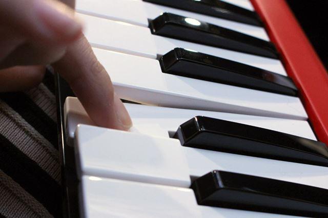 コンパクト鍵盤「HQ Mini」は、音の細やかな強弱をタッチで表現でき、鍵盤の根元でも演奏できる構造
