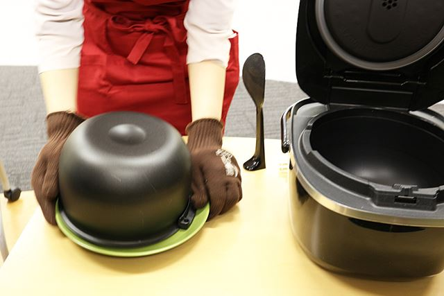 お皿の上で内蓋をひっくり返すという大難なやり方で、中身を取り出します