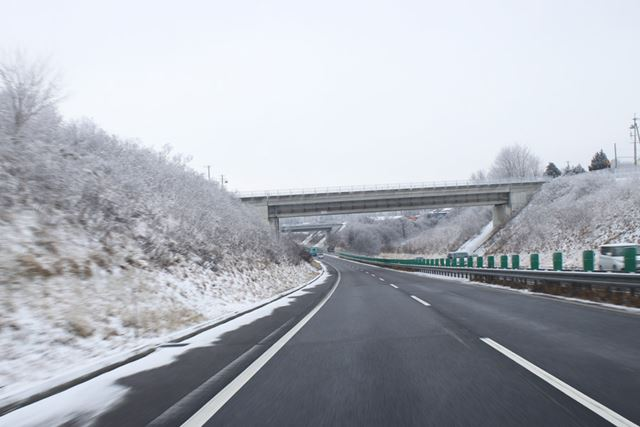 悪路を想定してワイドレンジの4速ATが採用されているが、高速道路に乗るとやはり5速ATがほしくなる
