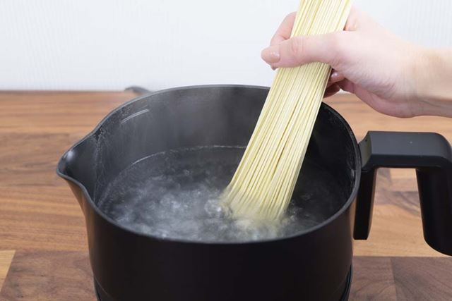 沸騰させた湯の中へ麺を投入。ガスよりも早く湯が沸かせるのは電気ケトルならでは