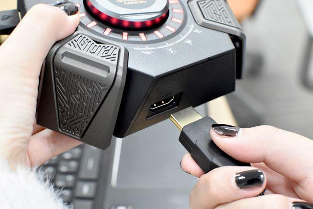 このように、HDMIケーブルを使って、USBオーディオステーションとヘッドセットを接続する