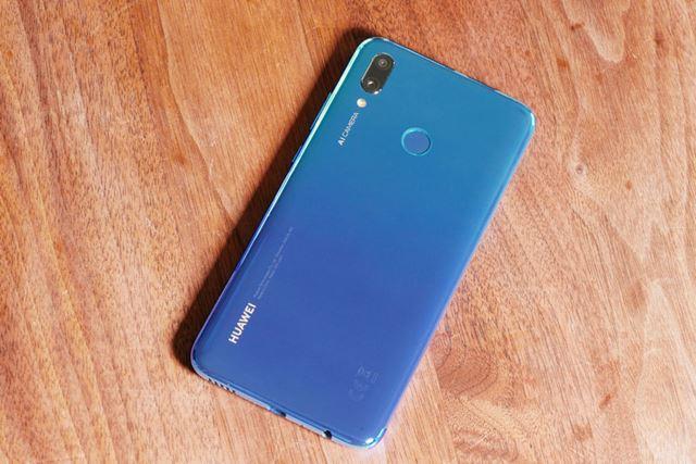 水色から青色へのグラデーションが美しい背面。指紋認証センサーは背面上部にある