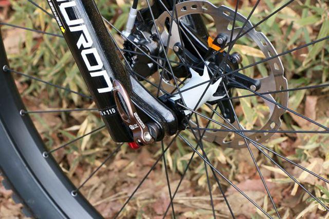 ホイールの軸もスルーアクスルというより剛性が高い規格に。太いタイヤに対応したBOOST規格となっている