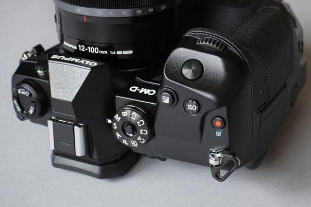 E-M1Xのシャッターボタンのストロークは非常に浅い。レスポンスよく撮影することができる