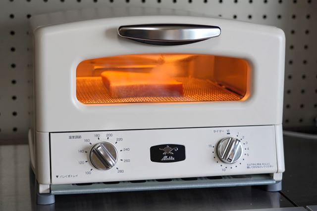 まずはシンプルにトーストから! 0.2秒で一気に発熱するグラファイトヒーターの光がまぶしい